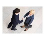 2444207-image-de-gens-d-39-affaires-debout-et-serrant-la-main-dans-la-chambre